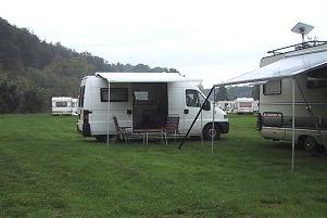 Aangekomen op de camping. De camping ligt over de volle lengte langs de rivier (links, net niet te zien).