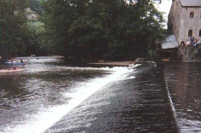 Spanning en sensatie bieden een tweetal dammen in de rivier. Hier, onderaan het kasteel, de oude dam bij de watermolen.