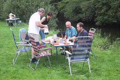 De volgende ochtend, wat laat aan het ontbijt, komen de eerste kanoërs alweer voorbij!