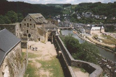 Op de terugweg in 1998 maakten we een omweg langs het stadje Bouillon, waar we het prachtige middeleeuwse kasteel van wijlen Godfried van Bouillon bezochten.