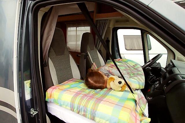Kinderbed Met Extra Bed.Vansleep Een Extra Slaapplaats Op De Voorstoelen Campersite Nl