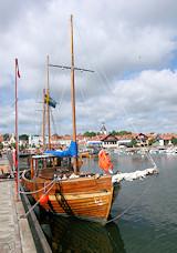 Oude schepen in de haven van Västervik aan de Oostzeekust. [© Campersite.nl]