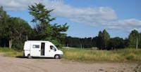 Skutskar: grote parkeerplaats bij de sportvelden. [© Campersite.nl]