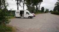 Skutskar: parkeerplaats tegenover begraafplaats (rechts) met uitzicht op jachthaven. [© Campersite.nl]